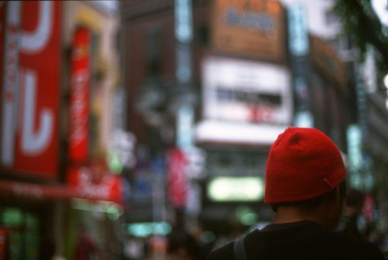 Véronique Durruty, Voir rouge à Tokyo (Le Bonnet), 2000, 20 x 30 cm, prise de vue et tirage argentique, exposition galerie lehalle